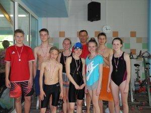 Medaillenflut für SG Lauf: alle Schwimmer erkämpften sich einen Platz auf dem Treppchen, ganz links Constantin Hennig mit drei neuen Vereinsrekorden, im Hintergrund Henning Gehrmann, Betreuer und Trainer der Wettkampfgruppe