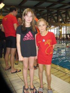 Vier erste Plätze und ein neuer Vereinsrekord sind die Ausbeute für das Nachwuchstalent Katharina Werben (Jahrgang 2007) bei 25. Nikolausschwimmen in Erlangen. Rechts daneben Jakob Sjöblom, der im Jahrgang 2008 zwei Goldpokale gewinnen konnte.
